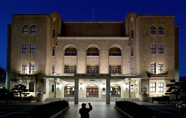 ライトアップされた名古屋市公会堂の外観=1月28日、名古屋市昭和区、戸村登撮影