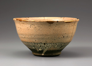 「奥高麗茶碗 銘 さざれ石」(桃山時代、口径15.2センチ)=出光美術館蔵