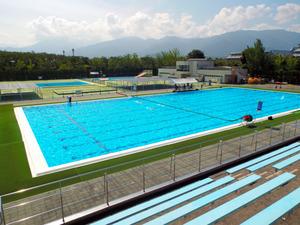 老朽化が進む小瀬スポーツ公園の水泳場=甲府市小瀬町、県水泳連盟提供