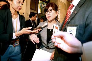 参院予算委理事会が開かれていた第1理事会室を出る稲田朋美防衛相=14日午前10時42分、岩下毅撮影