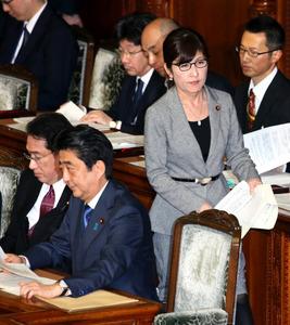 衆院本会議で、民進党の升田世喜男氏の質問に対する答弁に向かう稲田朋美防衛相。左手前は安倍晋三首相=14日午後1時55分、岩下毅撮影