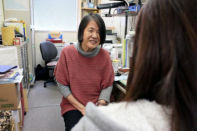 「ぬじゅみ」の田上啓子施設長(左)と話す女性=横浜市保土ケ谷区