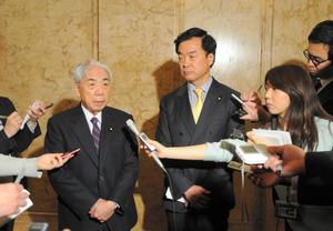 報道陣の取材に応じる「東京オリンピック・パラリンピックに向けて受動喫煙防止法を実現する議員連盟」の尾辻秀久会長(左)と松沢成文幹事長=14日午後、国会内、黒田壮吉撮影