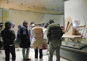 双葉町歴史民俗資料館を視察する人々=はま・なか・あいづ文化連携プロジェクト実行委員会提供