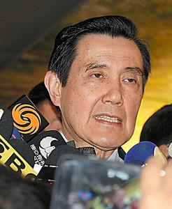 検察の起訴が明らかになった後、報道陣の取材を受ける台湾の馬英九・前総統=14日午後、台北、周佳勲撮影
