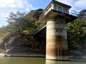 貯水率が下がった父島の時雨ダム。満水時の水位は5.7メートルだが、2.45メートルまで下がった(2月1日、父島、小笠原村役場提供)