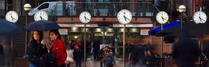 グリニッジ標準時を示す時計を並べた「シックス・パブリック・クロックス」=イギリス・ロンドン、高橋雄大撮影