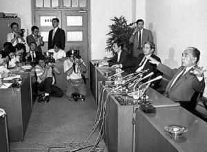 記者会見で持論を語る藤尾正行文相(右端)=1986年9月8日、東京・霞が関の文部省