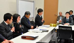 意見交換会では、民進党の大串博志政調会長(左)も参加し想定問答をめぐり、農林水産省の担当者(右)を問いただした=東京都の衆院第1議員会館