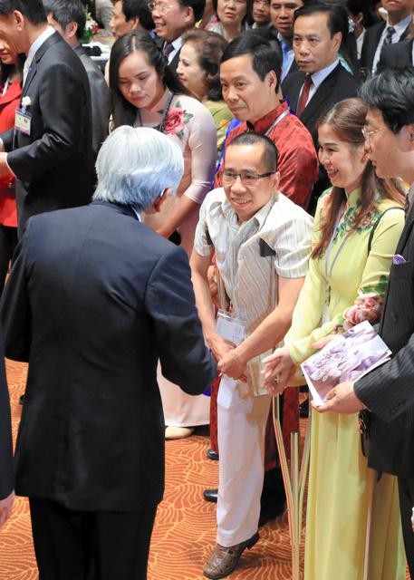 大使夫妻主催の歓迎会で、天皇陛下と言葉を交わすグエン・ドクさん夫妻(前列右から3人目と2人目)=3月2日午後、ハノイ、代表撮影