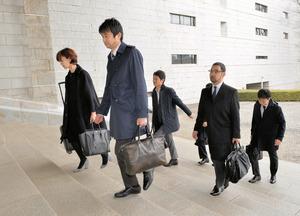 令状のないGPS捜査が違法かを問う判決公判のため、最高裁に入る弁護団=15日午後、東京都千代田区、金居達朗撮影