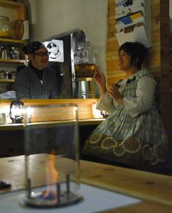 キャンプバー・ランタンで談笑する水野さん(左)と小野さん=津市大門