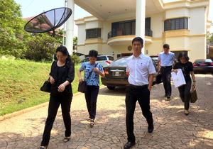 クアラルンプールで15日、北朝鮮大使館から出てきた人たち=AP