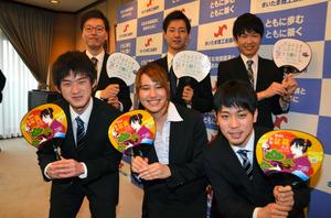 うちわの作製に携わった埼玉大学の学生たち。表のイラストは中村ジュリアさん(前列中央)が描いた=さいたま市浦和区