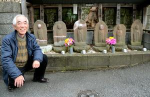 小宮豊さんの自宅のそばにある程久保六地蔵は1795年建立。「藤蔵もそばで遊んでいたはずです」と小宮さんは話す=東京都日野市程久保8丁目