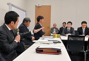意見交換では、開門派の原告団や民進党の大串博志政調会長(左)らが農林水産省の担当者(右)を問いただした=東京・永田町の衆院第1議員会館