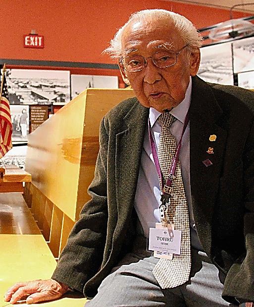 全米日系人博物館のボランティアとして、強制収容所に入れられた経験を語るトオル・イソベさん=ロサンゼルス、平山亜理撮影