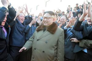 改修された平壌の白頭山建築研究院を視察する金正恩朝鮮労働党委員長。日時は不明。朝鮮中央通信が11日報じた=朝鮮通信