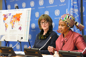 国連本部で記者会見する国連ウィメンのムランボヌクカ事務局長(右)=15日、米ニューヨーク、鵜飼啓撮影