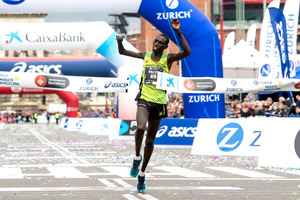 右腕に障害を持ちながらバルセロナ・マラソンで優勝したチェスム=AFP時事
