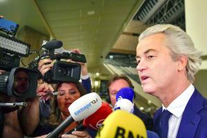 15日に行われたオランダ総選挙の出口調査の結果を受けてハーグでメディアの取材に応じる自由党のウィルダース党首=AFP時事