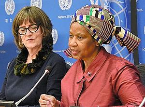 国連本部で会見する国連ウィメンのムランボヌクカ事務局長(右)=15日