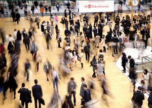 いつも多くの人が行き交うJR名古屋駅。「迷駅」とも言われるかいわいの中で、金の時計周辺は待ち合わせスポットになっている=13日、名古屋市中村区、吉本美奈子撮影