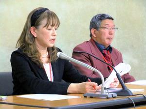 運転免許に関する提案について記者会見する日本認知症ワーキンググループの藤田和子さん(左)と佐藤雅彦さん=14日、東京・霞が関の厚生労働省