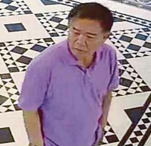 犯行直前、クアラルンプール国際空港の出発ホールのレストランで正男氏を待ち伏せしたリ・ジェナム容疑者とみられる男。紫色のシャツを着ていた(監視カメラ映像から、関係者提供)