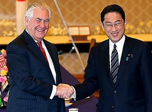 会談を前に握手する岸田文雄外相(右)とティラーソン米国務長官=16日午後、東京都港区の飯倉公館、時津剛撮影