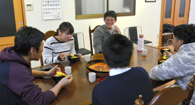 一緒に手作りの親子丼を食べるスタッフと利用者=愛知県半田市