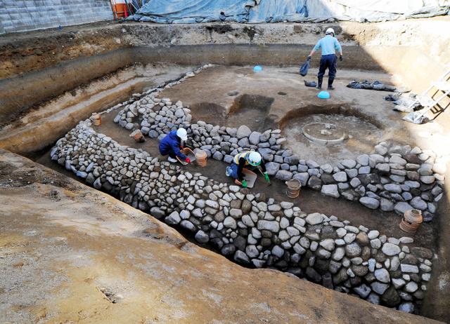 今回発見された古墳。埴輪が等間隔で立っている=神戸市教委提供