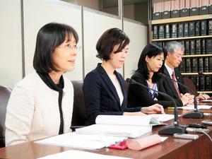 和解成立を受け、会見する女性教諭の代理人の榊原富士子弁護士(左)ら=東京・霞が関