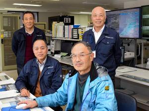 奥井さん(後列右)ら観測所職員=出雲空港