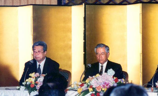 経団連の豊田章一郎会長(右)らと共同で記者会見する経済同友会代表幹事の牛尾さん=1998年1月