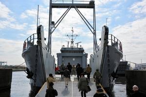 海上搬送訓練のため米軍の揚陸艇に乗り込む帰宅困難者役の人たち=横浜港の米軍施設「横浜ノース・ドック」