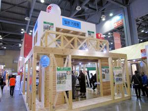 韓国であった住宅資材展示会で、日本の木造軸組構造の住宅を紹介する県のブース=2月22日、韓国・高陽市、県提供
