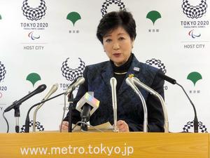 定例記者会見で質問に答える小池百合子・東京都知事=17日午後、都庁