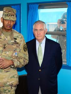 17日、南北軍事境界線にある板門店を訪れたティラーソン米国務長官(右)とブルックス在韓米軍司令官。右後方は北朝鮮軍兵士(東亜日報提供)