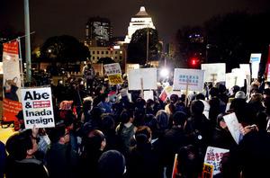 政治に対する意見を表明するため、国会前に集まった人たち=17日午後7時57分、東京都千代田区、関田航撮影