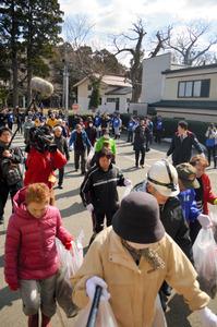 避難訓練で公民館に続々と集まる住民ら。参加者43人の多くは年配=17日朝、秋田県男鹿市北浦