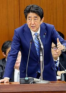 衆院外務委で、民進党の福島伸享氏の質問に答弁する安倍晋三首相=17日、岩下毅撮影