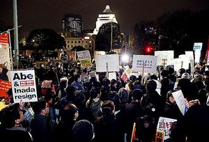 意見を表明するため、国会前に集まった人たち=17日、東京都千代田区、関田航撮影