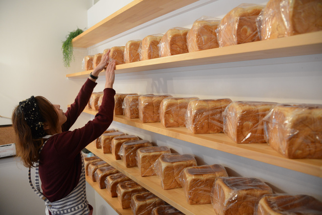 焼きたてパンが毎日並ぶ、食パン専門店「成り松」=大阪市西区