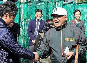 震災当時のメンバーと再会を果たし、永田裕治監督は笑顔を見せた=4日、兵庫県西宮市、吉沢英将撮影