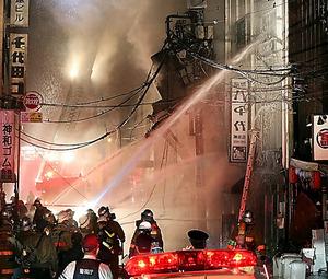火災があった建物付近で消火活動に当たる消防隊員ら=18日午前1時37分、東京都千代田区、関田航撮影