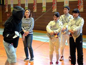 日本代表コーチ(左)の指導をうける中高生の選手ら=大分市青葉町