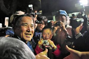 保釈され、支援者らに囲まれた沖縄平和運動センター議長の山城博治被告=18日午後8時8分、那覇市、小山謙太郎撮影