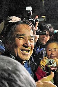 保釈された沖縄平和運動センター議長の山城博治被告=18日午後、那覇市