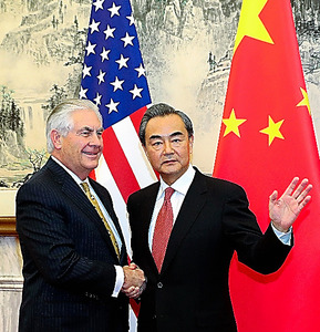 北京で18日、ティラーソン米国務長官(左)と握手する中国の王毅外相=AP